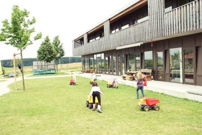 Vorderansicht unseres Gebäude mit Kinder