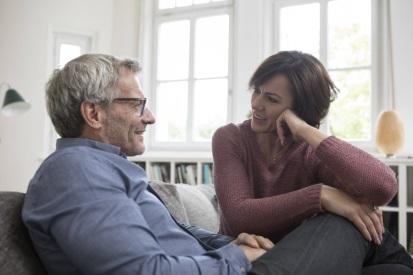 Paar auf dem Sofa redet miteinander, harmonisch