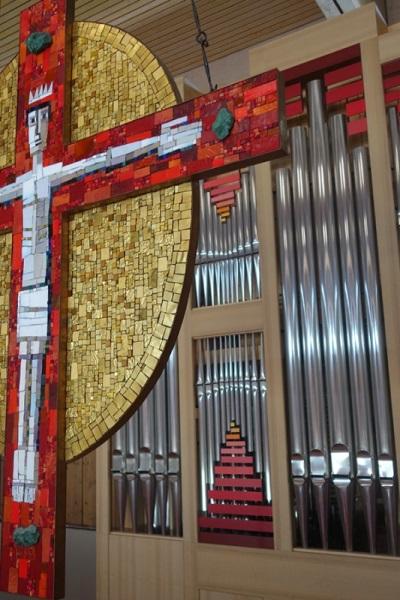 Orgel (Ausschnitt) und Mosaik-Kreuz