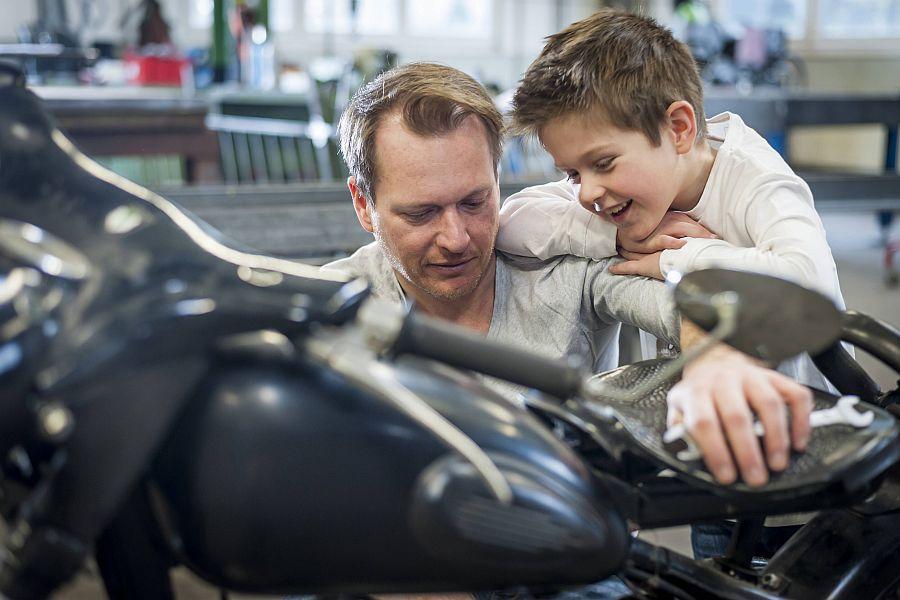 Vater und Sohn reparieren gemeinsam Motorrad