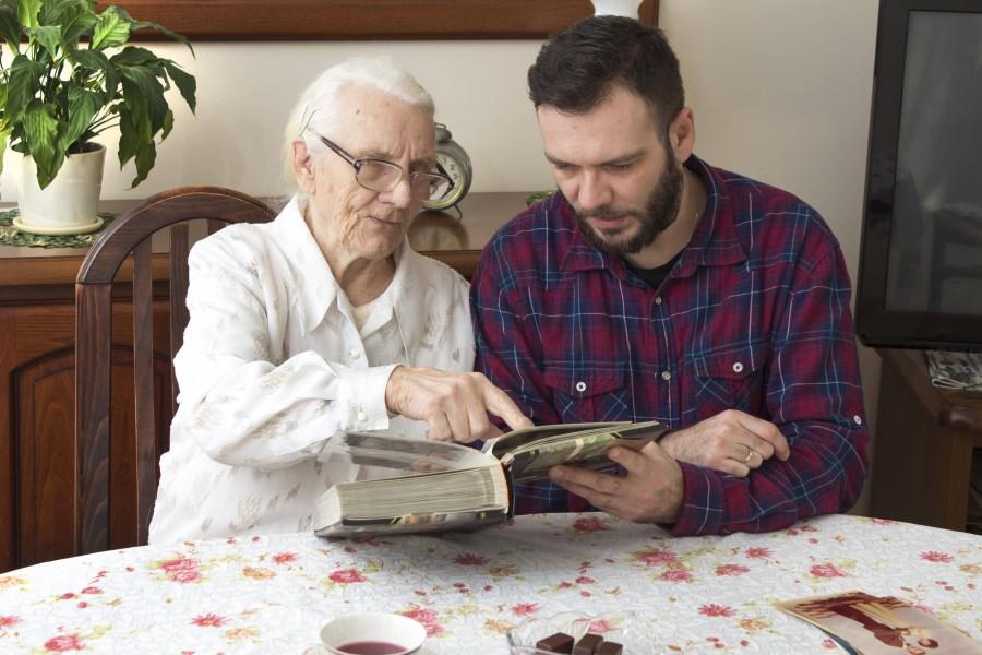 junger Mann besucht alte Dame im Pflegeheim