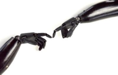 Künstliche Finger berühren sich
