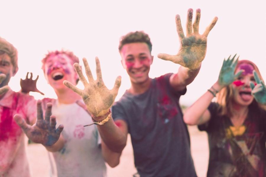Gruppe von Teenagern mit bunten Farbbeuteln