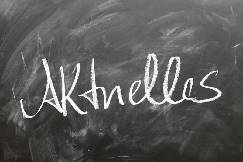 """Schultafel mit Aufschrift """"Akuelles"""""""