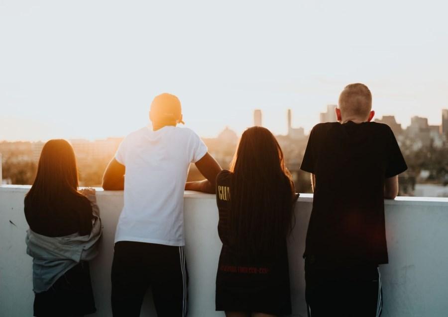 Jugendliche auf Hochhausdach