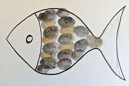 Mit schwarzem Stift gezeichneter Fisch mit Schuppen aus braunen und schwarzen Fingerabdrücken