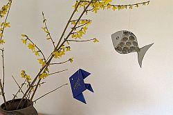 Origami-Fisch und gezeichneter Fisch an Osterstrauch