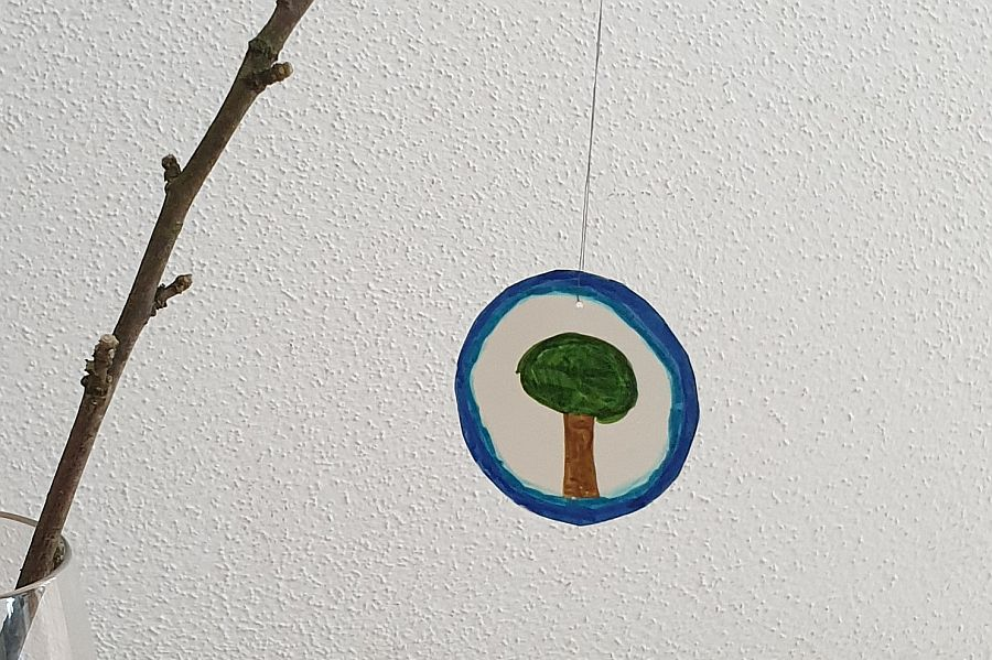 Kreis aus Papier mit aufgemaltem Baum