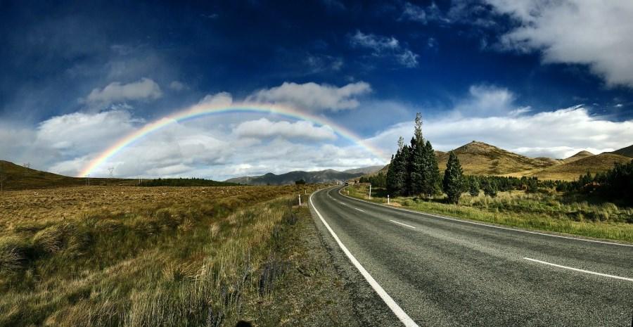 Regenbogen am Ende einer Landstraße