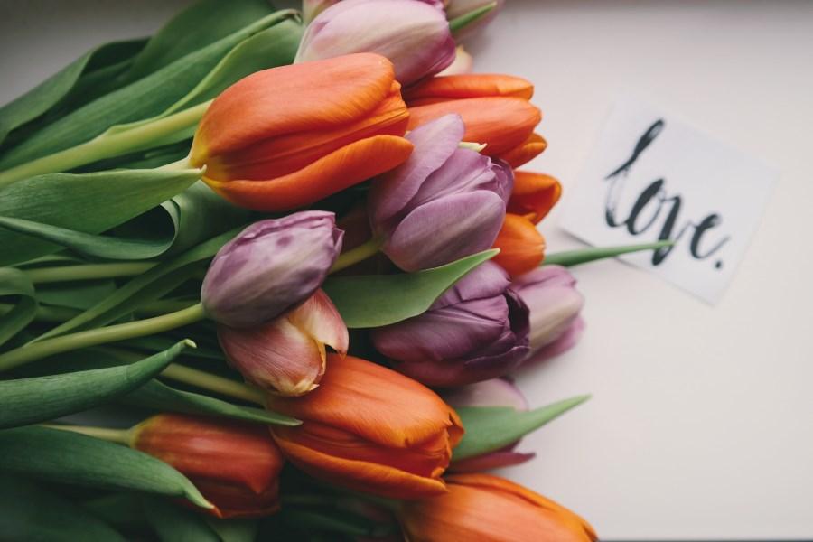 Tulpenstrauß und Love-Schriftzug