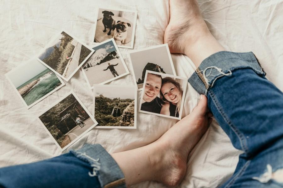 Erinnerungsfotos auf Bett