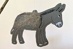 Esel aus grauem Tonpapier