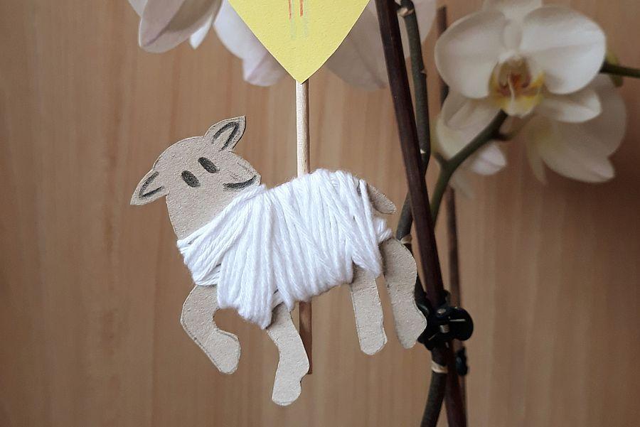 Osterlamm aus Pappe und Wolle an Zweigen