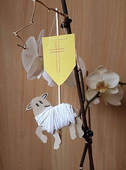 Osterlamm aus Pappe und Wolle mit Siegesfahne
