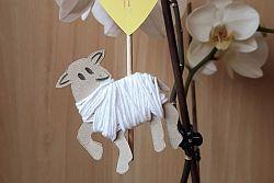 Osterlamm aus Pappe mit Wolle an Zweigen