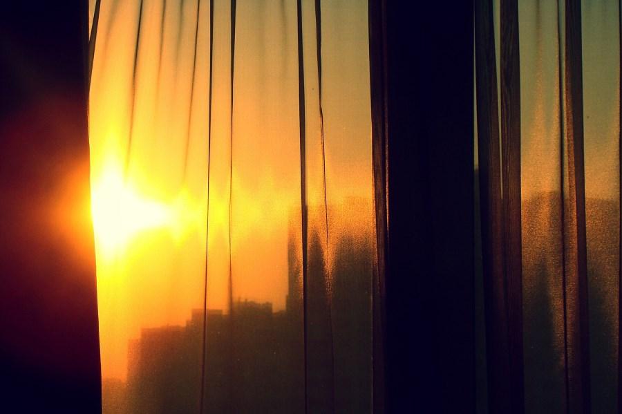 Sonnenaufgang durch Garndinenfenster