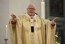 Kardinal Marx mit ausgebreiteten Armen