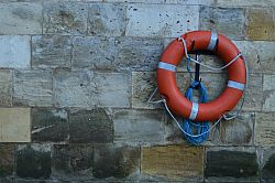 Rettungsring an Steinmauer