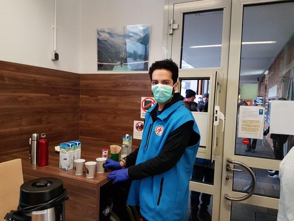 Freiwilliger Helfer in Münchner Bahnhofsmission