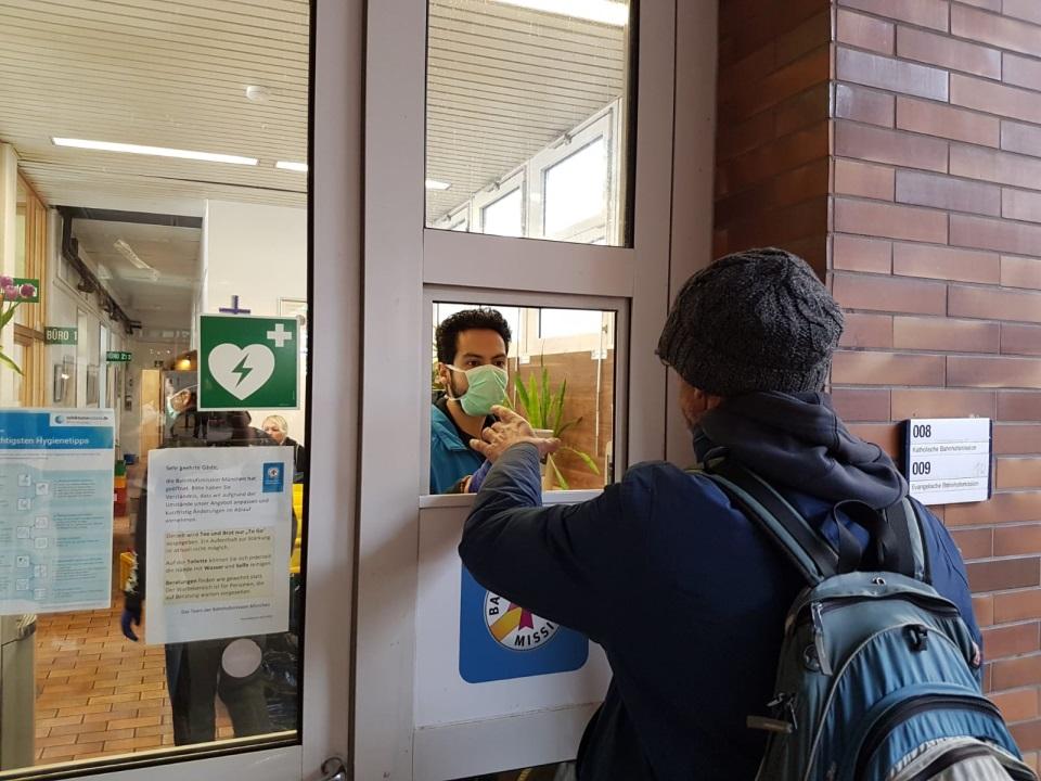 Essensausgabe bei Münchner Bahnhofsmission in Zeiten von Corona
