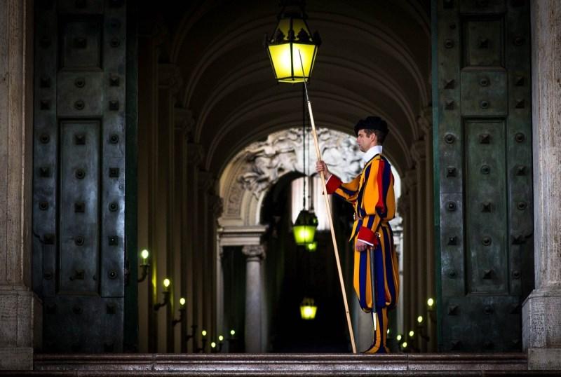 Schweizer Gardist bewacht Eingang im Vatikan