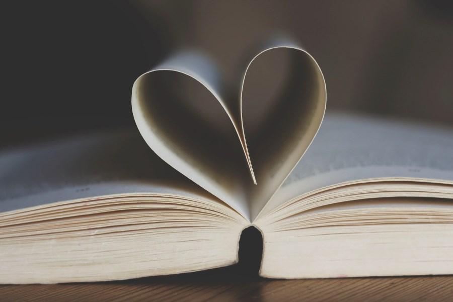 Buchseiten formen ein Herz