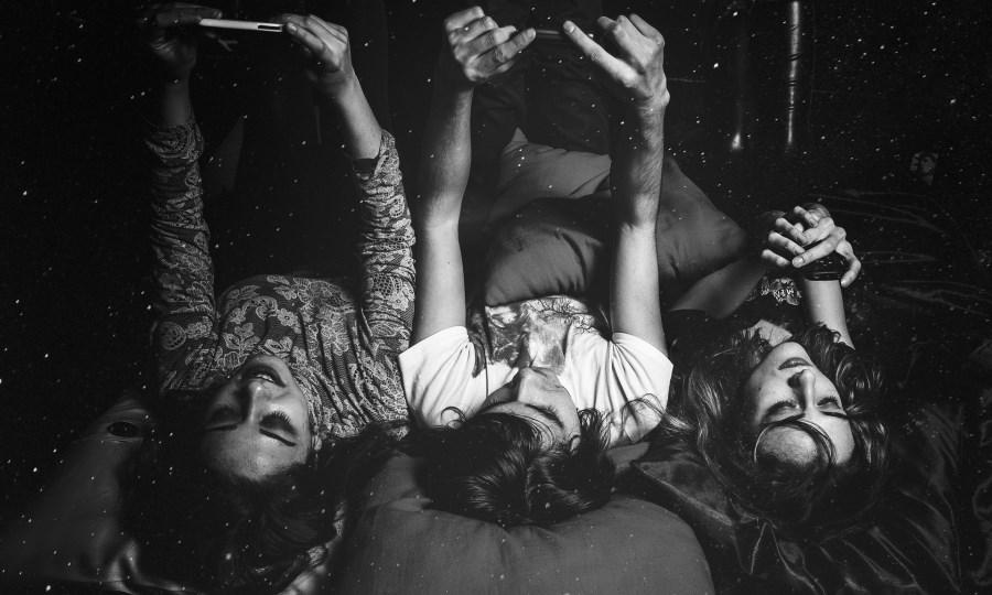 junge Frauen liegen freundschaftlich auf dem Bett