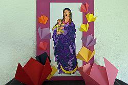 bunte Papierblumen rund um ein bunt ausgemaltes Papierbild von Maria mit Kind