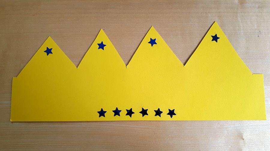 gelbes Tonpapier mit blauen Sternen und Zacken