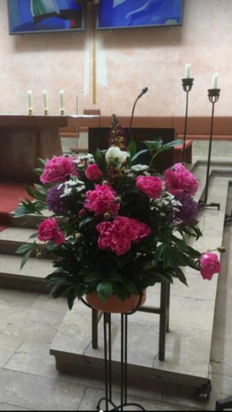 Pfarrkirche St. Pius X.<br/>Pfingstrosen am Ambo