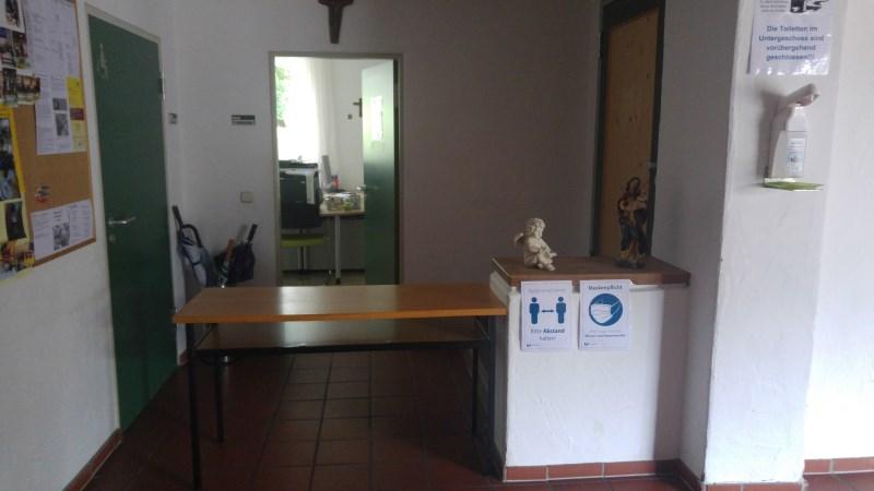 Eingang Pfarrbüro in Zeiten von Corona