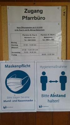 Eingang ins Pfarrzentrum mit Öffnungszeiten und Hygienehinweise