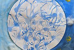 Wellen aus Wasserfarben auf mit blauer Farbe und gelben Sternen bemaltem Papier