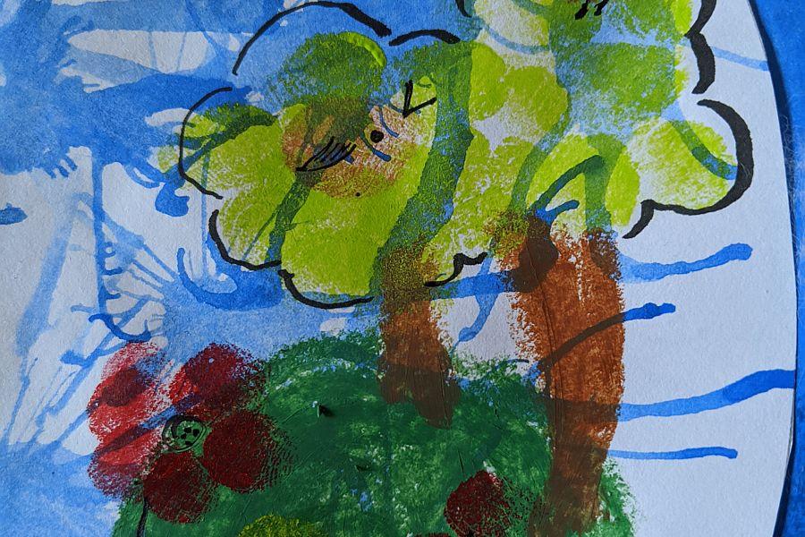 Bunte Blumen und Bäume auf mit blauen Wellen bemaltem Papier