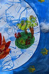 Pflanzen, Feuer, Sterne und Wolken auf mit blauem Wasserfarbe bemaltem Bild