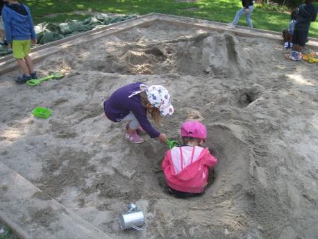 Kinder beim Sandspielen