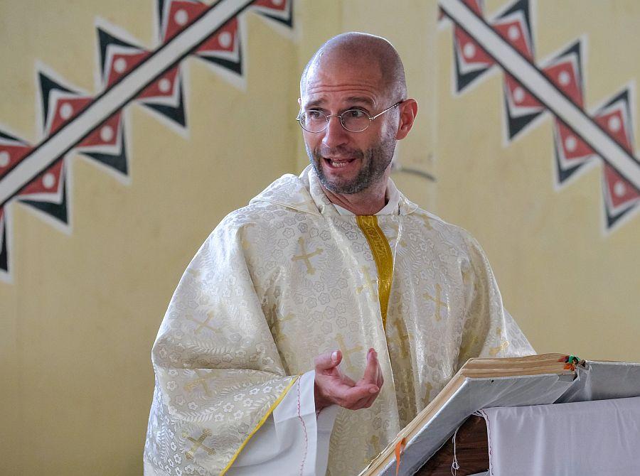 Thomas Brei im liturgischen Gewand spricht bei einem Gottesdienst