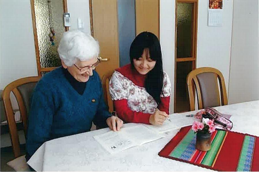 Katharina Gandl gibt einem Mädchen in Japan Privatunterricht