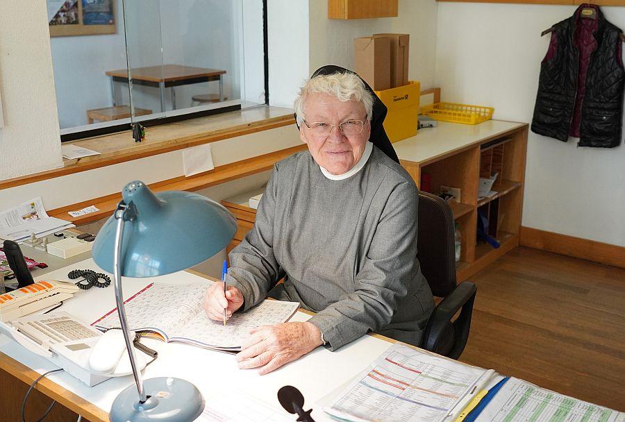 Schwester Irmingard Thalmeier am Schreibtisch
