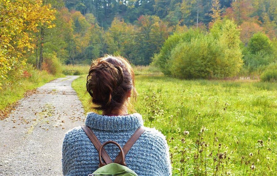 Rückenansicht Frau vor Weg in Natur