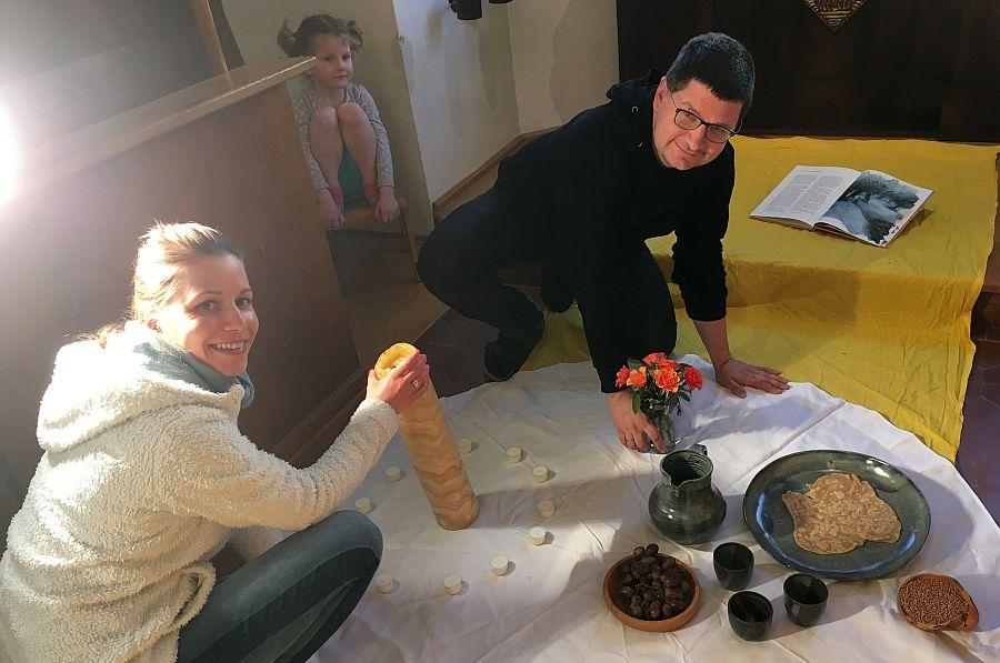Katharina Hilsenbeck und Konstantin Bischoff bereiten Video vor