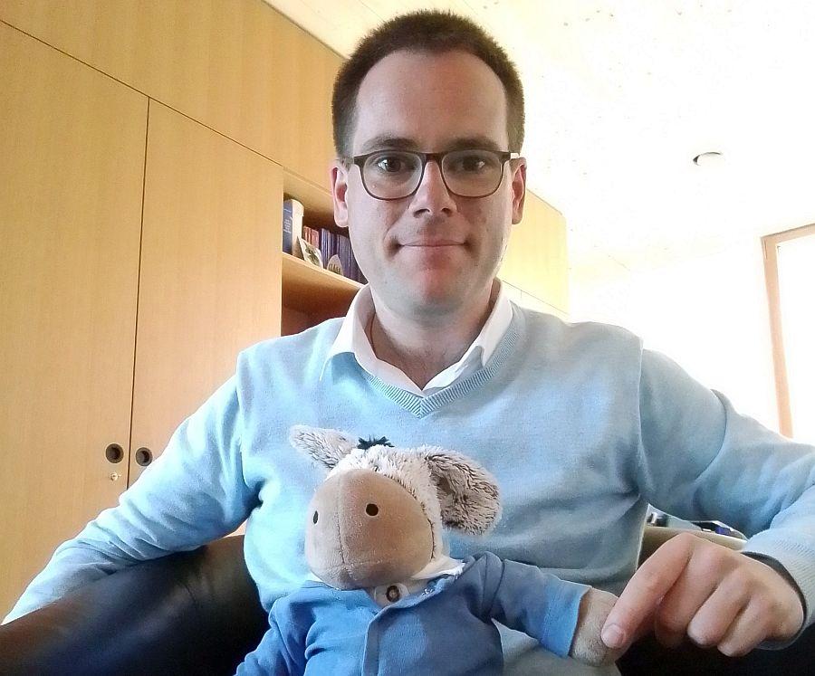 Pfarrer Emmeran Hilger mit dem Plüsch-Esel Elias