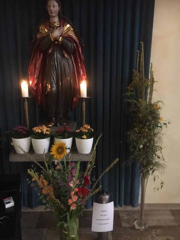 Blumen bei der Muttergottes