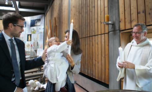 Übergabe der Taufkerze bei einer Taufe