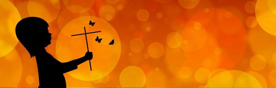 Kind mit Kreuz und Schmetterlingen auf Orange