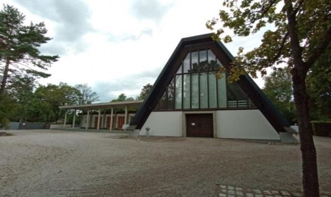 Gemeindefriedhof Taufkirchen, Aussegnungshalle