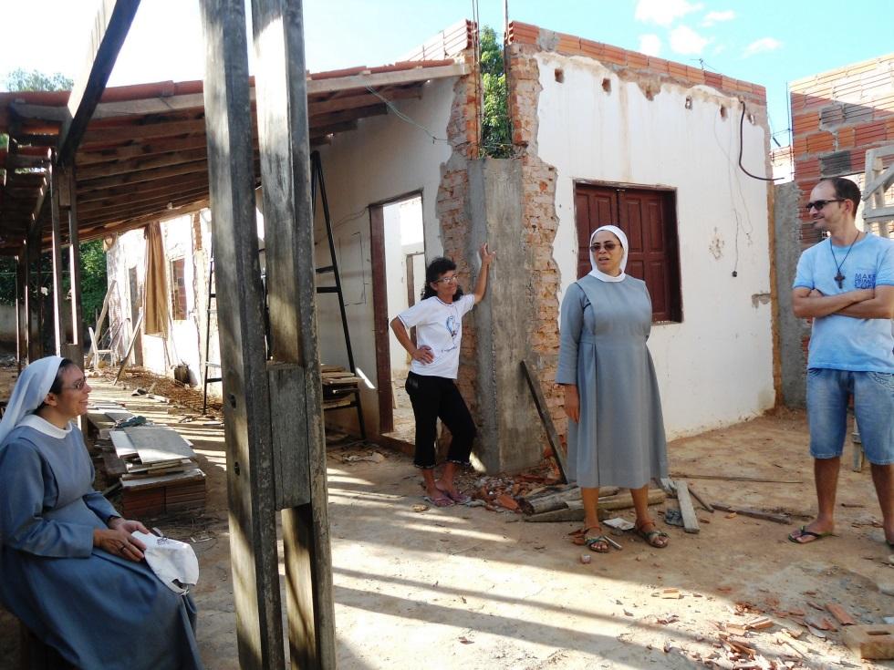 Ordensschwestern vor Hauseingang