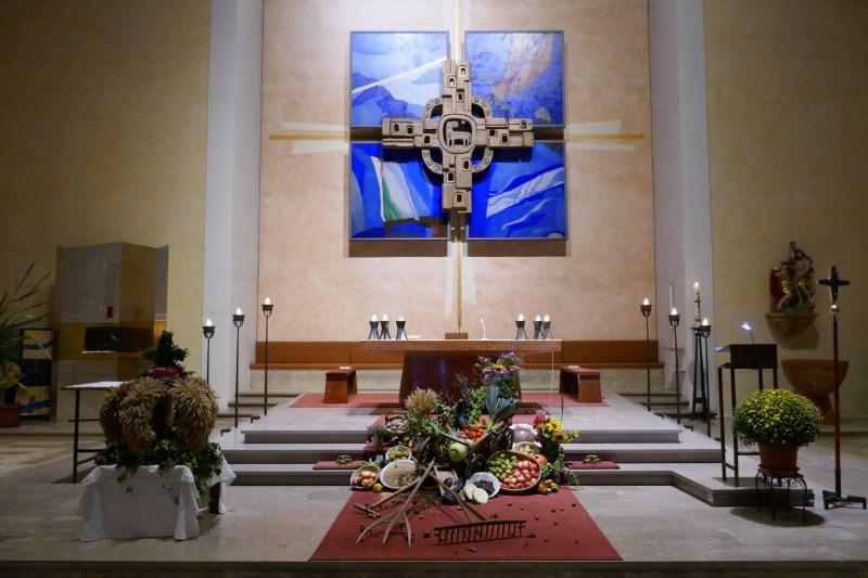 Erntedank geschmückter Altar