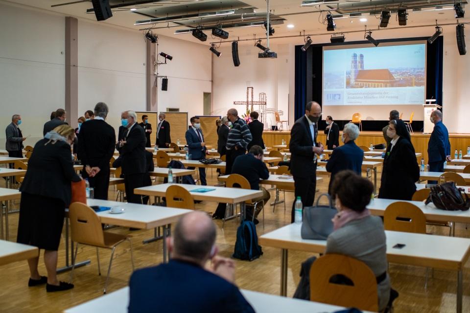 Gruppenbild Teilnehmende der Auftaktveranstaltung zum Strategieprozess