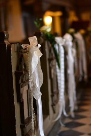 Kirchgang, für Hochzeit geschmückt